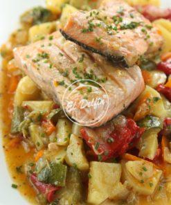 Salteado de vegetales con salmón rosado-0